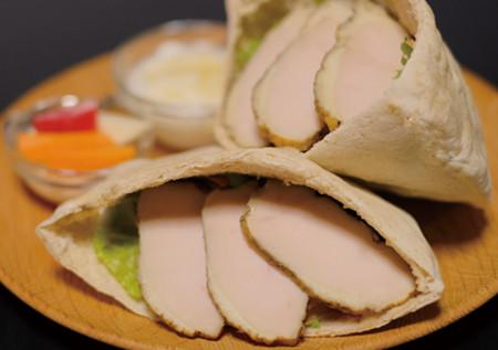 自家製スモークチキンピタサンドイッチ